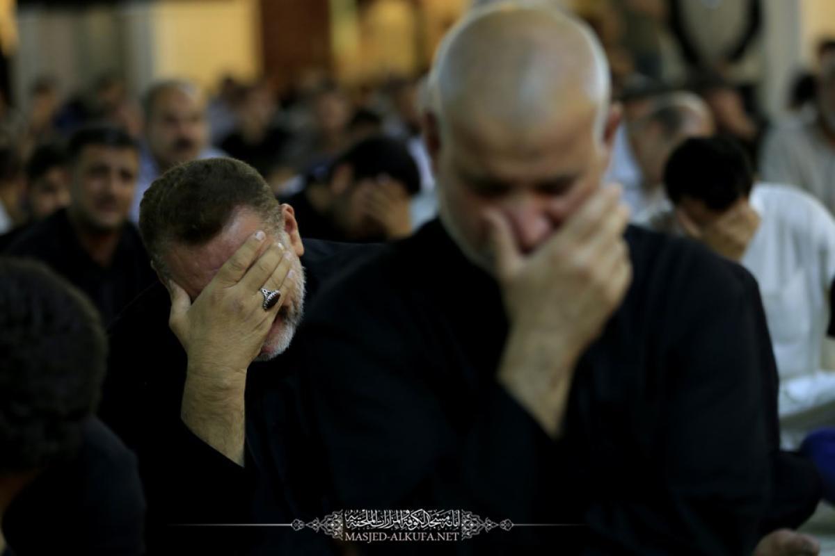 الأرجاء المباركة لمسجد الكوفة المعظم تشهد إحياء المراسم العبادية لأولى ليالي القدر وذكرى جرح الإمام علي (عليه السلام)