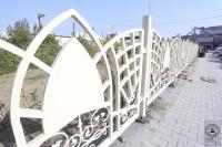 ورشة الصباغة تباشر صبغ السياج الحديدي الخارجي لمسجد الكوفة المعظم والمزارات الملحقة به