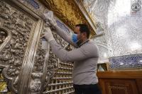 من أجل صحة الزائرين أمين مسجد الكوفة يوجِّه بتعقيم الشبابيك الطاهرة والاماكن المحيطة بها