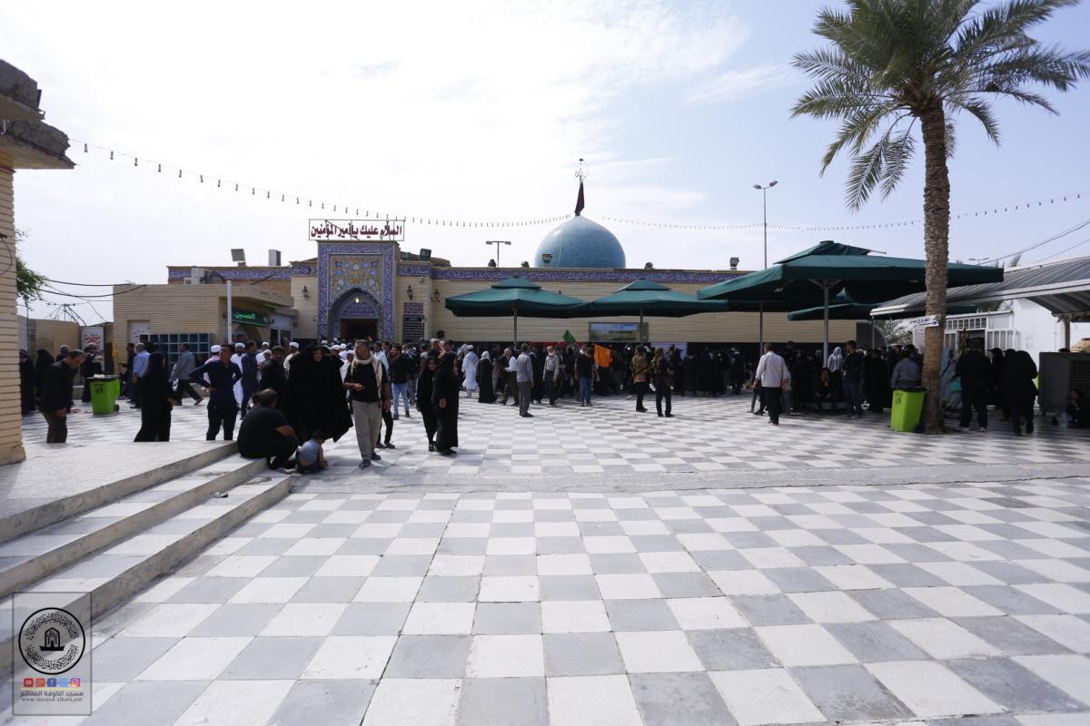 مزار دار امير المؤمنين (عليه السلام) جوار مسجد الكوفة المعظم يشهد توافد زوار أربعينية الإمام الحسين (عليه السلام)