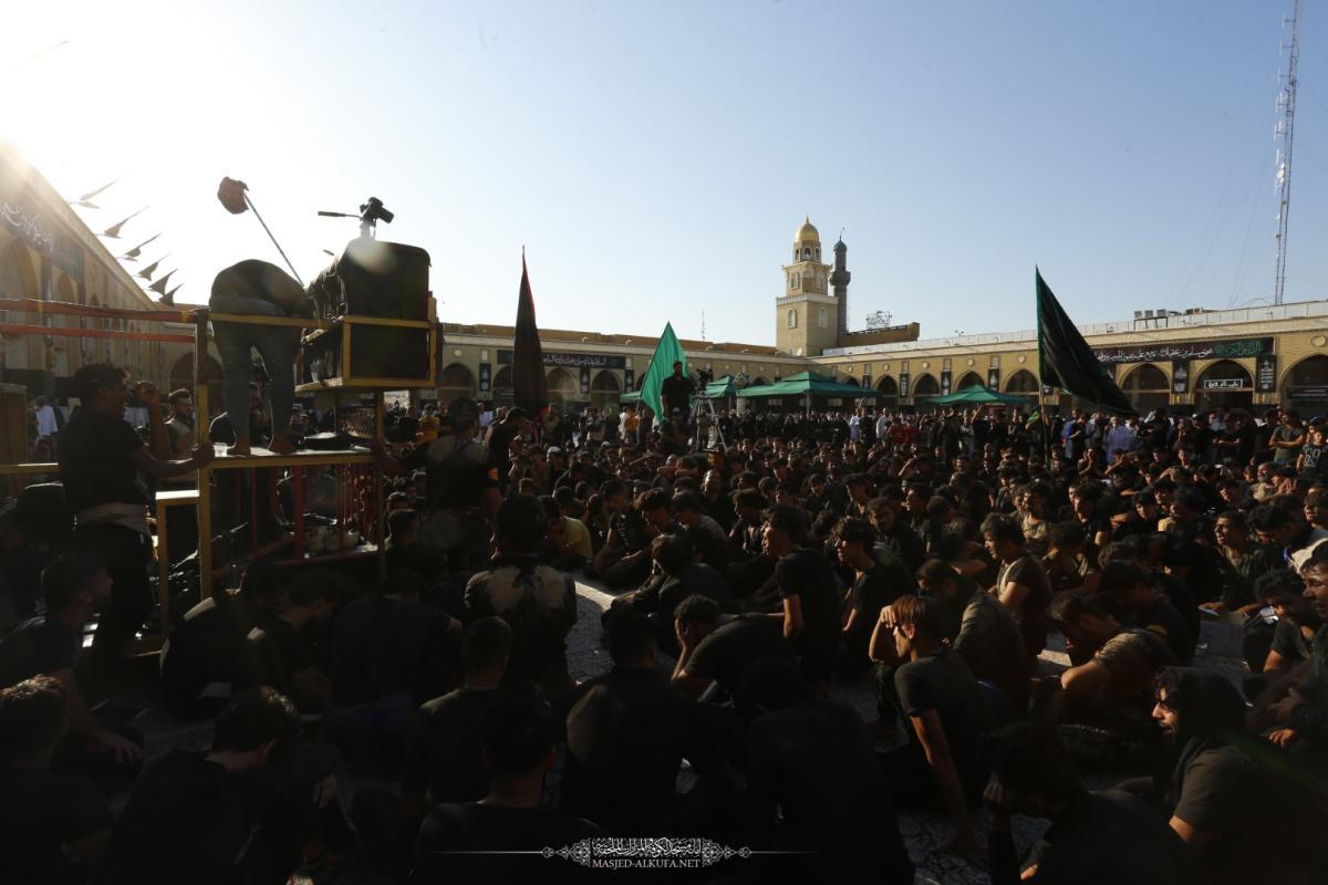 توافد المواكب المعزية على مسجد الكوفة المعظم بذكرى شهادة مسلم بن عقيل (عليه السلام) والصحابي هانئ بن عروة (رضوان الله عليه)