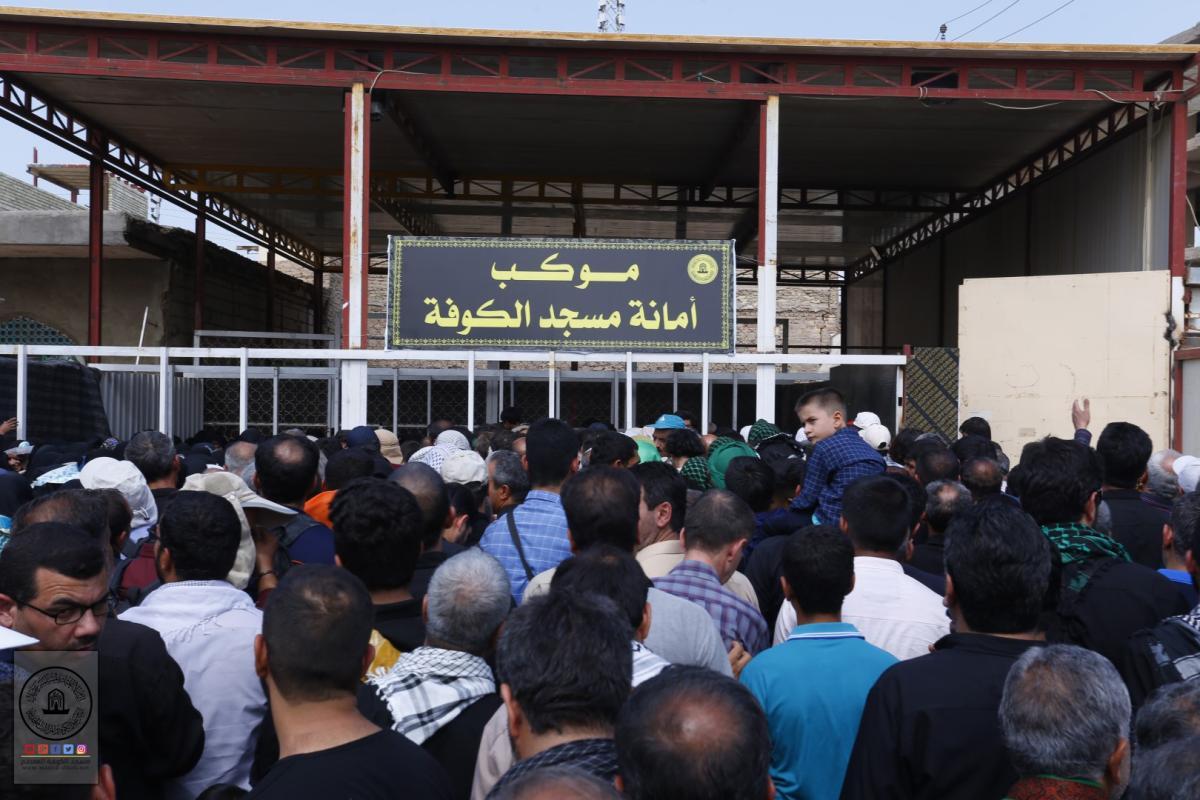 موكب امانة مسجد الكوفة يستقبل الألاف من زوار الأربعين ويقدم الخدمات لهم