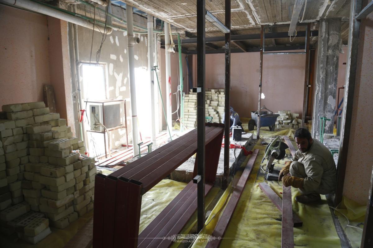 كوادر القسم الهندسي والفني في امانة مسجد الكوفة المعظم تواصل عملها في تأهيل وصيانة دار ضيافة مسلم بن عقيل (عليه السلام)