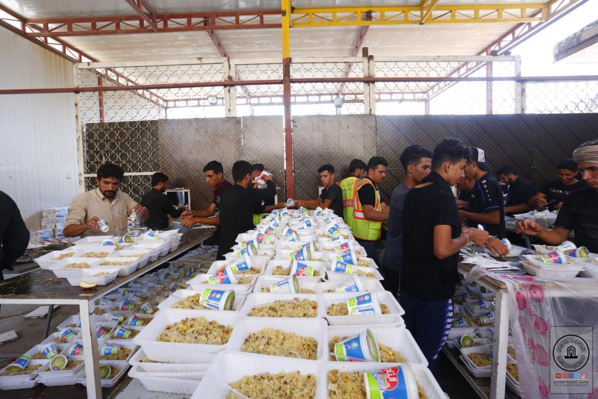 مضيف امانة مسجد الكوفة المعظم يوزِّع يومياً آلاف وجبات الطعام على زوار أربعينية الإمام الحسين (عليه السلام)