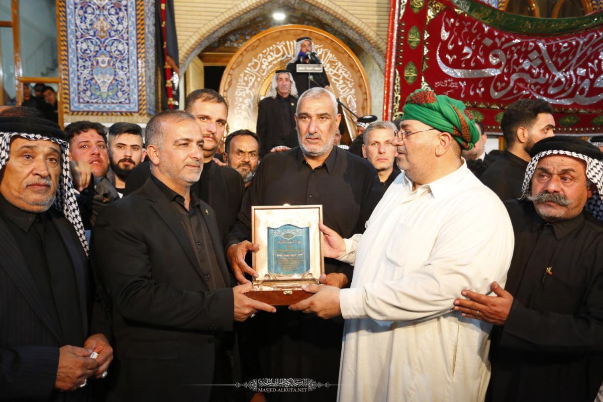 موكب النجف الأشرف يكرِّم أمانة مسجد الكوفة لجهودها في احياء ذكرى شهادة مسلم بن عقيل (ع)