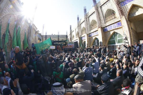 موكب أمانة مسجد الكوفة وأهالي المدينة يحيي ذكرى وفاة القاسم بن الكاظم (عليهما السلام) في مرقده المقدس
