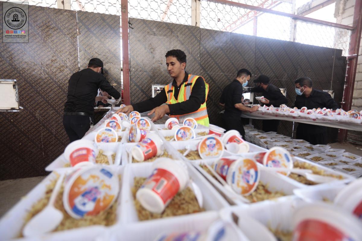 بالصور .. توزيع الطعام على زوار ذكرى أربعينية الإمام الحسين (عليه السلام) في مسجد الكوفة المعظم