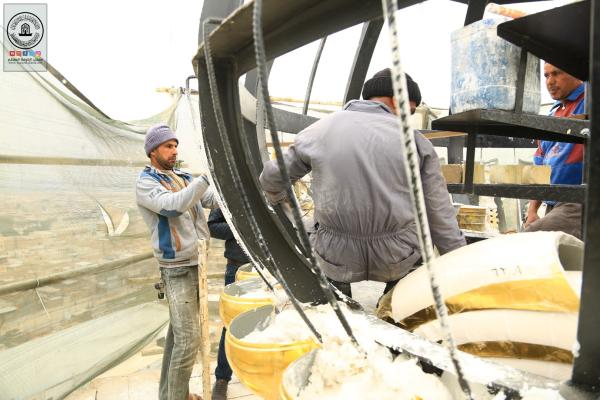 الكوادر الفنية والهندسية في أمانة مسجد الكوفة تواصل العمل في مشروع تنصيب القباب على منائر صحن مسلم بن عقيل (عليه السلام)
